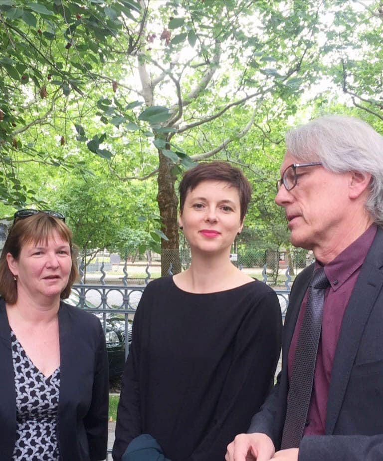 H Integrationsbeauftragte, Katharina Niewiedzial, o Finanzsenator, Matthias Kollatz, και h Bezirksstadträtin, Carolina Böhm στον κήπο του Ελληνικού Πολιτιστικού Κέντρου